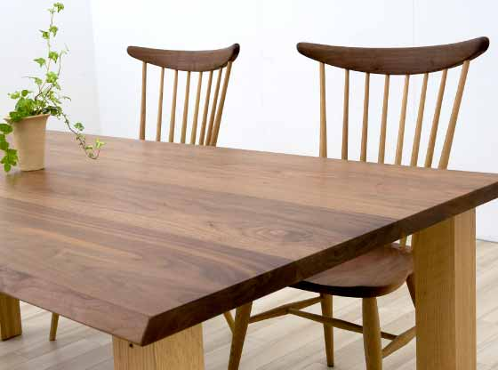 ダイニングテーブルセットの木目とその雰囲気